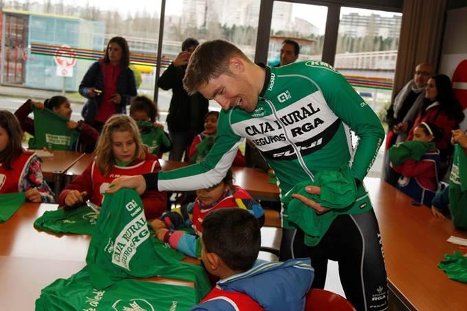 Los ciclistas de Caja Rural-Seguros RGA firmando autógrafos a los niños que visitan el Parque Polo